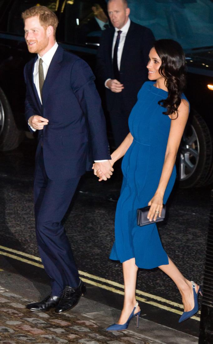 <p> Ngày 6/9, vợ chồng Hoàng tử Harry đến tham dự một buổi hòa nhạc từ thiện hỗ trợ cựu chiến binh, được tổ chức tại Central Hall Westminster, London. Nữ công tước xứ Sussex diện bộ đầm xanh không tay của thương hiệu thời trang Jason Wu. Thiết kế lượn sóng che khéo vòng eo khiến nhiều người có dịp đoán già đoán non rằng Công nương Meghan đang mang thai.</p>
