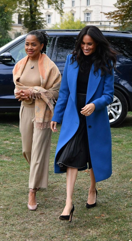 <p> Ngày 20/9, Meghan cùng mẹ dự sự kiện phát hành sách tại Cung điện Kensington. Nữ công tước xứ Sussex mặc áo len sát nách phối cùng chân váy midi màu đen xếp ly cùng áo khoác dài màu xanh hoàng gia thanh lịch.</p>