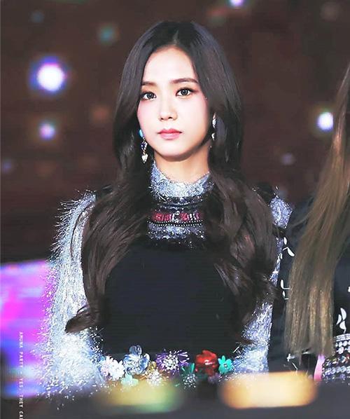 Bức ảnh chụp Ji Soo không biểu cảm, nhìn thẳng vào ống kính khiến nhiều người tưởng lầm rằng họ đang ngắm nhìn một cô búp bê xinh đẹp.