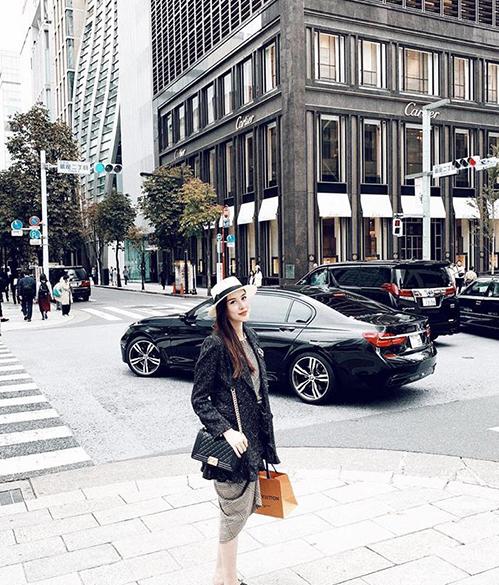 Hà Lade vừa đặt chân đến Tokyo đã đi sắm hàng hiệu.