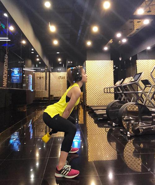 Phương Trinh Jolie miệt mài trong phòng tập gym.