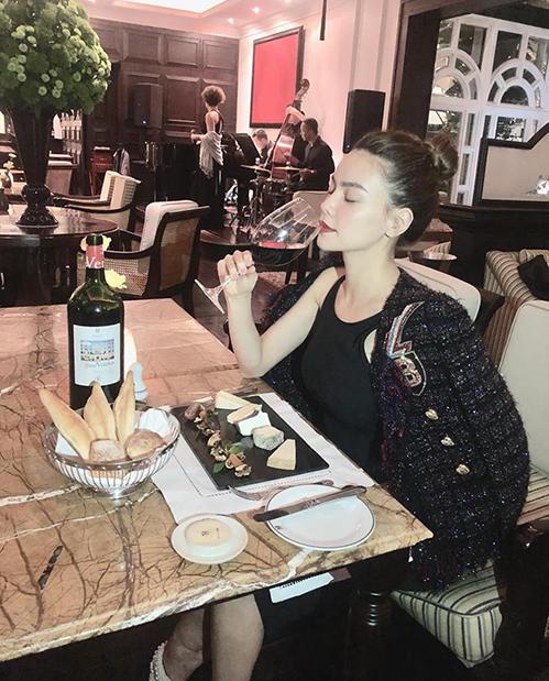 Hà Hồ tiết lộ đang ở một mình nhưng vẫn có người chụp cho bức hình sang chảnh khi đi ăn nhà hàng.