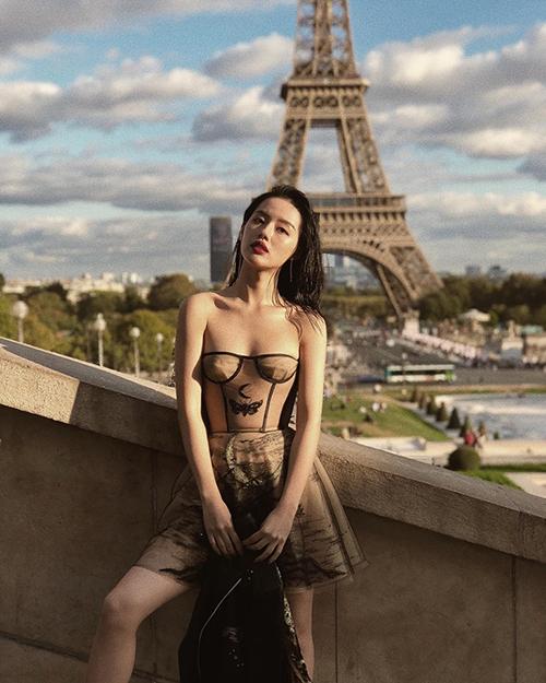 Khánh Linh bất chấp lạnh, diện váy quây khoe vai trần gợi cảm ở Paris.