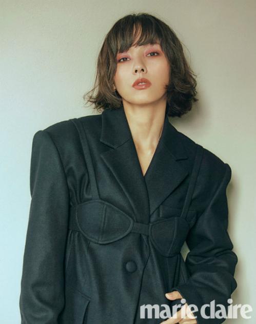 Nhan sắc của Lee Hyo Ri càng được nâng tầm nhờ mái tóc ngắn. Trang Naver bình luận: Lee Hyo Ri đã phô diễn sức hút của một diva mà không ai có thể theo kịp.