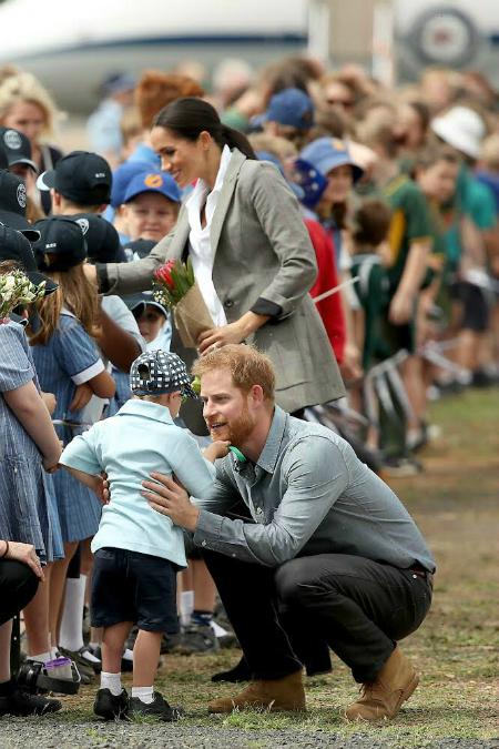 Luke Vincent không ngừng tò mò về bộ râu của Hoàng tử Harry.