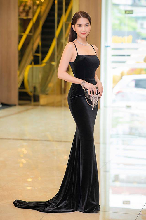 Xuất hiện trong một sự kiện gần đây, Ngọc Trinh chọn phong cách sang trọng khi diện váy nhung đen, kết hợp cùng kiểu tóc rẽ ngôi chải mượt. Phụ kiện đi kèm của chân dài là chiếc clutch Chanel có giá 340 triệu đồng cùng vòng cổ đính đá.