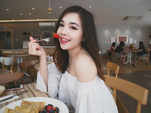Người dùng mạng cũng nhanh chóng truy tìm ra danh tính của cô gái này. Đó là Mabel Goo, người gốc Hoa hiện đang sinh sống và làm việc tại Malaysia.