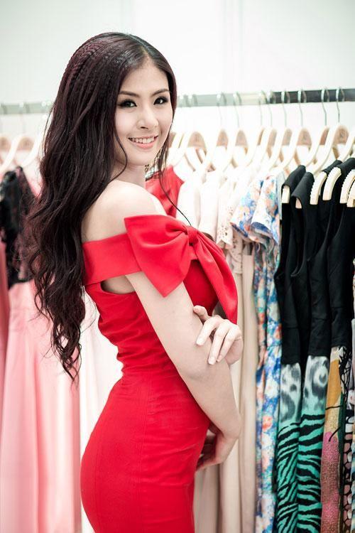 Các tín đồ thời trang hẳn sẽ thấy trang phục của Hương Giang không còn quá lạ lẫm. Từ cách đây 5 năm, kiểu váy trễ vai đính nơ này là một trong những xu hướng đình đám nhất Vbiz.