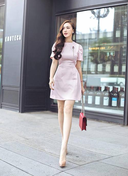 Kelly Nguyễn đặc biệt chuộng tông hồng pastel để tôn lên vẻ nữ tính và làn da trắng.