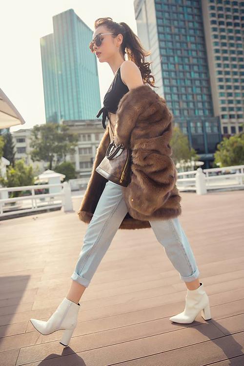 MLee mang áo lông to sụ ấm áp trong chuyến du lịch nước ngoài.