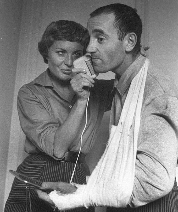 <p> Khoảnh khắc ngọt ngào đời thường của ca sĩCharles Aznavour và vợ Evelyne năm 1956.</p>