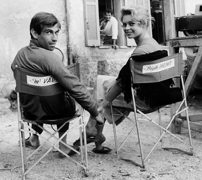 <p> Trên trường quay <em>And God Created Woman</em> năm 1956, Brigitte Bardot và chồng Roger Vadim nắm tay tình cảm, không hề che giấu niềm hạnh phúc bên nhau.</p>