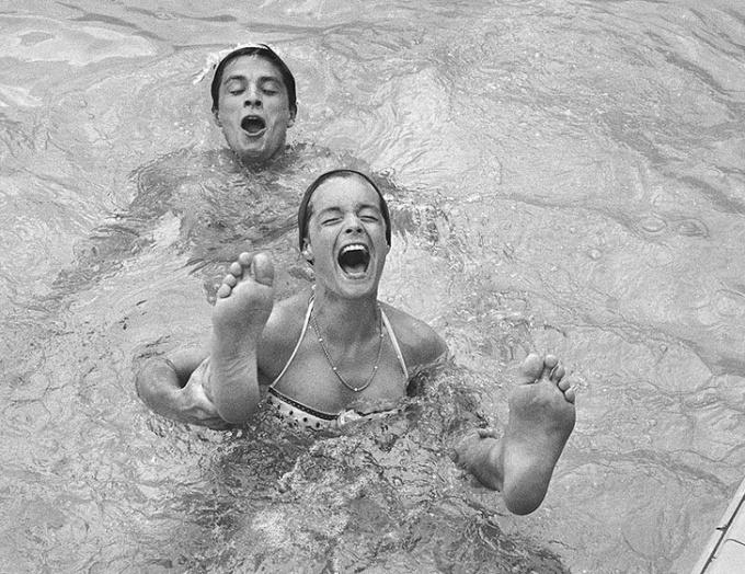 """<p> Ảnh chụp cặp tình nhân """"huyền thoại"""" của làng điện ảnh thế giới, Romy Schneider và Alain Delon, năm 1961.</p>"""
