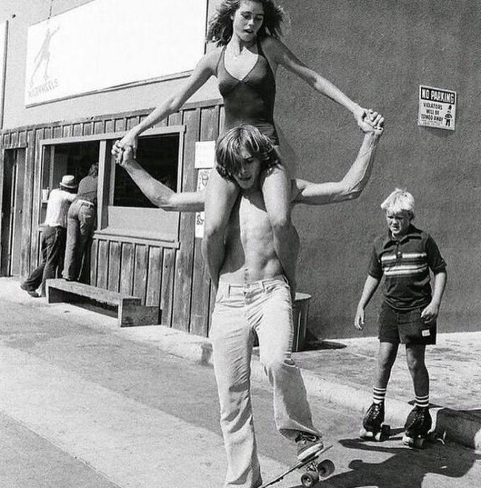 <p> Một cặp tình nhân trượt patin trên phố tại California, Mỹ đầu thập niên 1970.</p>