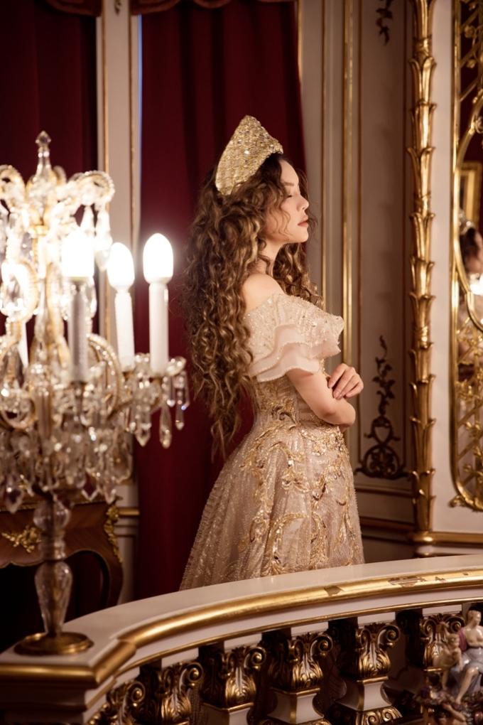<p> Người đẹp được phép vào chụp ảnh tại phòng ngủ cô công chúa của vua Carol I của Romania, cũng như sảnh khánh tiết để có bộ ảnh hiếm có này.</p>