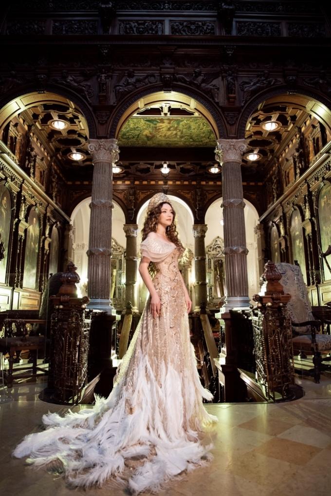 <p> Trong bộ ảnh, Lý Nhã Kỳ diện bộ váy mang màu vàng đồng vương giả của NTK Đỗ Long. Chiếc đầm đính kim sa họa tiết sóng cuộn được làm trong 100 giờ bởi ba người thợ lành nghề.</p>