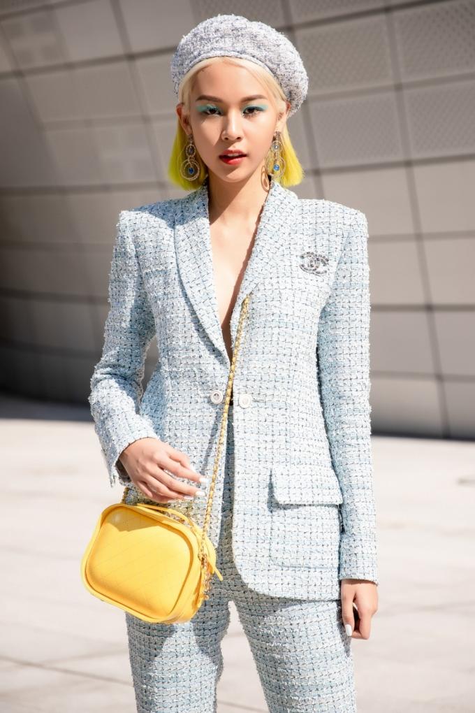 <p> Xuất hiện trong ngày thứ hai tại Seoul Fashion Week, Phí Phương Anh diện bộ suit vải tweed nằm trong BST Chanel Cruise 2019, mang đến hình ảnh nàng thủy thủ thời thượng.</p>