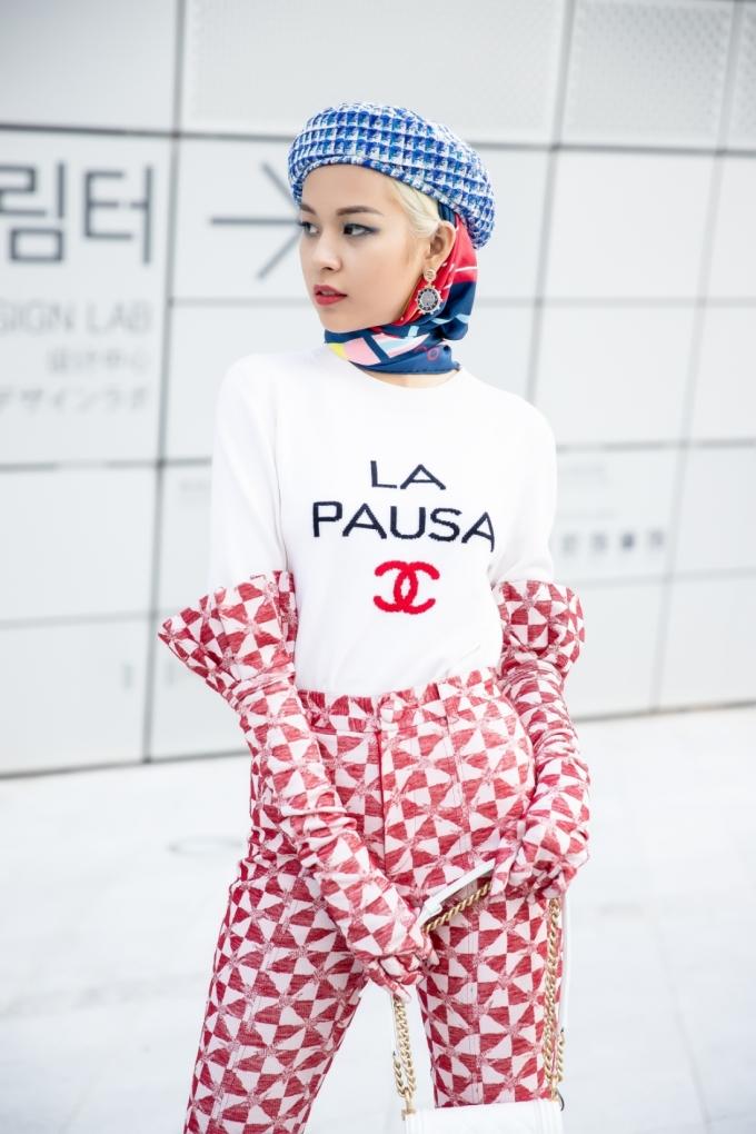<p> Cực cao tay khi phối áo phông trắng trong BST Cruise 2019 của Chanel với găng tay và quần từ một thương hiệu Việt, Phí Phương Anh đã hô biến phong cách thanh lịch nữ tính thường có của Chanel trở nên nổi loạn một cách rất riêng và mang âm hưởng đường phố.</p>