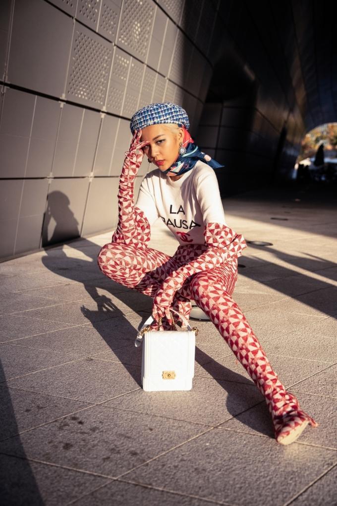 <p> Chân dài tiết lộ, hai ngày qua cô và cả ê kíp cả ngày chỉ ăn mỗi một bữa vì mải mê với các show thời trang tại Seoul.</p>