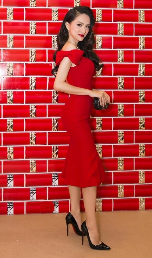 Tối 17/10, Hương Giang đã tham dự một sự kiện tại TP HCM. Hoa hậu chọn phong cách cổ điển cho lần xuất hiện này từ mái tóc uốn lọn, khuôn mặt trang điểm đậm...