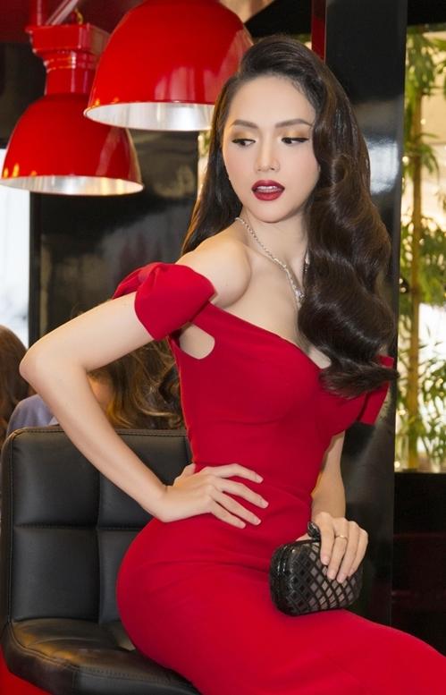 Điểm nhấn của bộ váy là phần vai trễ nải, đính nơ bản lớn ở tay đểtăng thêm độ điệu đà và duyên dáng.