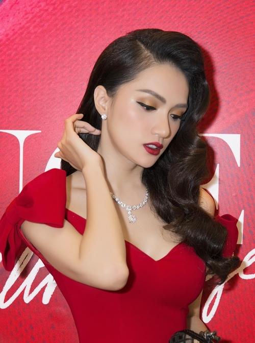 Hương Giang tô điểm cho tổng thể trang phục với phụ kiện trang sức có giá trị hơn 1 tỷ đồng.