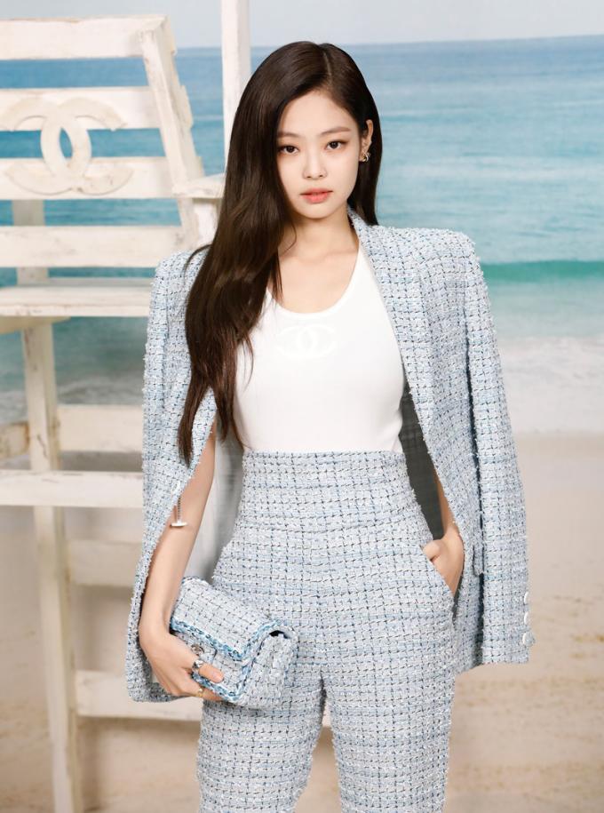<p> Đây cũng là set đồ từng được Jennie Kim (Black Pink) diện tại show xuân hè 2019 của Chanel. Trong khi Jennie cắm thùng quần cùng tank top trắng đơn giản, khoác hờ chiếc blazer lên vai...</p>