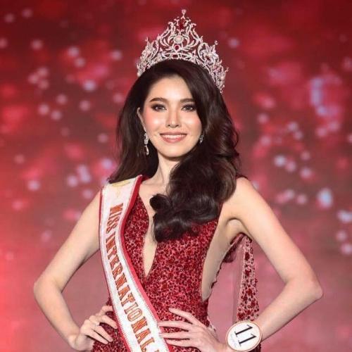 Đại diện Thái Lan là ứng viên hàng đầu cho ngôi vị Hoa hậu Quốc tế năm nay. Nhan sắc 23 tuổi sở hữu khuôn mặt cân đối với má lúm đồng tiền duyên dáng. Fan xứ sở chùa vàng kỳ vọng cô sẽ mang chiếc vương miện Miss International đầu tiên về cho quê nhà.