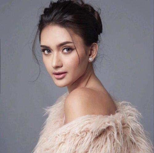 Đứng thứ 2 trong bảng xếp hạng là Ahtisa Manalo - đại diện Philippines. Người đẹp 20 tuổi từng trải qua quá trình huấn luyện nghiêm ngặt. Cô sở hữu kỹ năng catwalk thượng thừa và thông thạo nhiều ngoại ngữ. Nhan sắc châu Á được kỳ vọng sẽ mang về chiếc vương miện Hoa hậu Quốc tế thứ 7 cho đất nước Đông Nam Á.