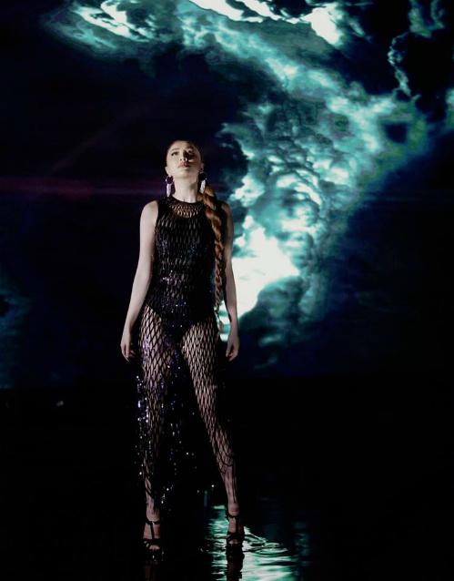 Bảo Thy tung hình ảnh quyến rũ khi ra mắt MV mới I cant breathe sau một thời gian dài vắng bóng ở các hoạt động của showbiz Việt. Cô diện bộ đầm lưới gam màu đen, đính sequin lấp lánh.