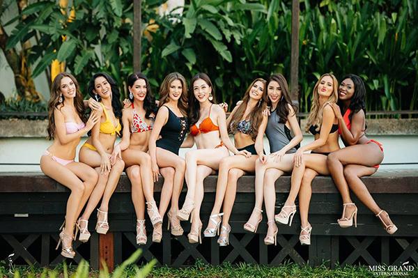 Bên cạnhsự ủng hộ đông đảo của khán giả Việt Nam, Bùi Phương Nga cũng nhận được những đánh giá tích cực về các màn thể hiện ở Miss Grand International 2018. Sau khi lọt vào Top 9 bức ảnh chân dung được bình chọn nhiều nhất, người đẹp có cơ hội chụp hình bikini. Giữa 9 người đẹp, Phương Nga nổi bật với làn da trắng sứ, ngồi ở vị trí trung tâm, diện đồ màu cam rực rỡ thu hút mắt nhìn.