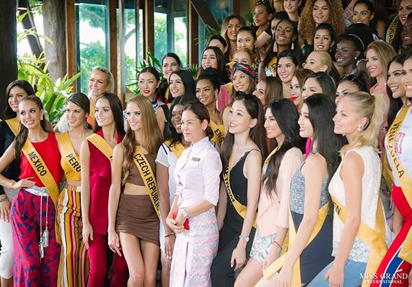 Không biết là do vô tình hay có sự sắp xếp, chọn lựa từ BTC và Phương Nga, người đẹp Việt luôn có vị trí rất nổi bật trong những bức hình chụp tập thể.