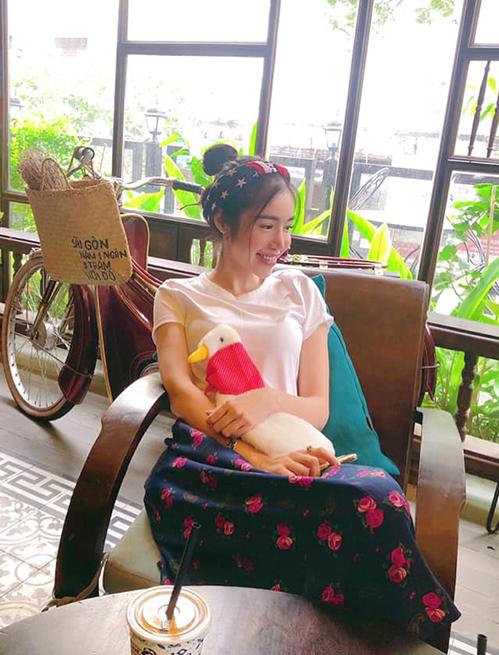 Elly Trần chẳng khác gì trẻ con, đi uống cà phê cũng phải mang theo... vịt bông để ôm.