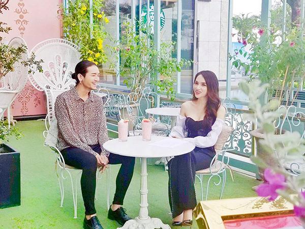 BB Trần và Hương Giang rủ nhau đi uống nước chém gió.