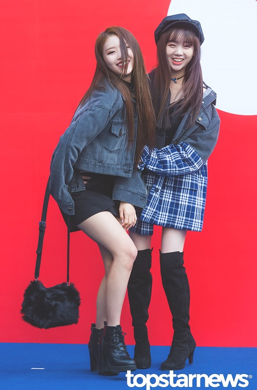 Hai thành viên Lovelyz Mi Joo và Kei là khách mời tại sự kiện. Mi Joo vẫn tiếp tục chiêu trò tạo dáng quá lố, khiến cô bạn cùng nhóm phải ra tay ngăn cản.