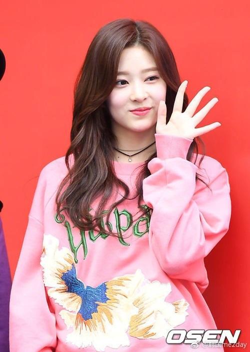 Min Joo được nhận xét là có nhiều nét giống Tzuyu (Twice). Cô nàng được dự đoán trở thành nữ thần mới của Kpop.