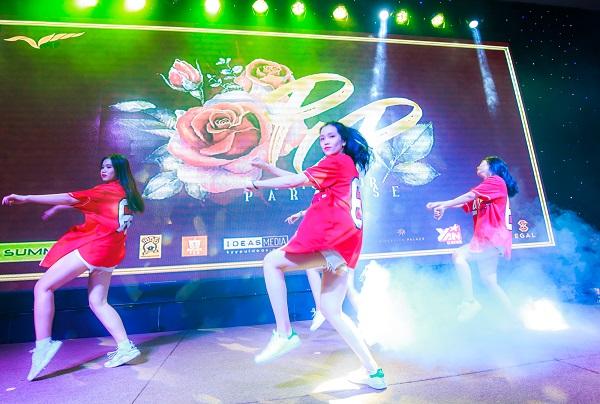 Đêm dạ tiệc mang màu sắc một buổi lễ trưởng thành dành cho các cựu học sinh. Prom này là để chứng minh học sinh trường Nguyễn Khuyến không chỉ học hết sức mà chơi cũng rất hết mình. 3 năm gắn bó tại ngôi trường này là khoảng thời gian đáng nhớ.