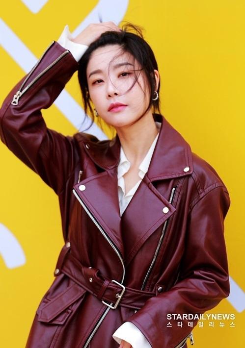 Soo Jin (Girls Day) chất lừ với áo khoác da và động tác vuốt tóc sang chảnh.