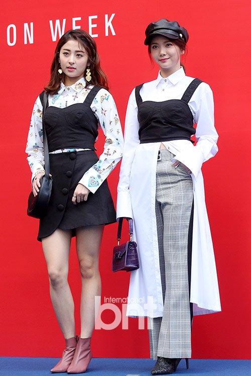 Hai thực tập sinh nhà Pledis là Heo Yoon Jin, Lee Ga Eun đều có chiều cao chuẩn mẫu, mặc đẹp cả những set đồ layer độc, lạ.