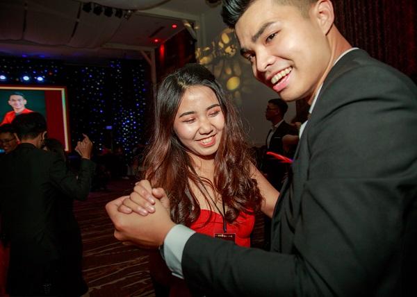 Các cặp đôi cùng nhau khoekhả năng khiêu vũ chất không thua gì học sinh phương Tây