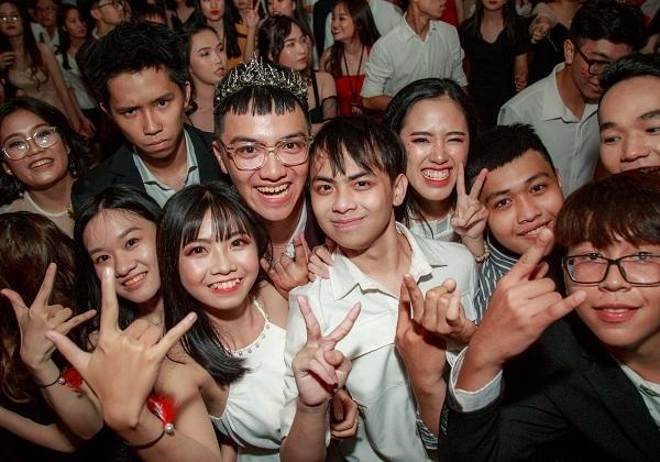 Tiệc PROM vô cùng hoành tráng chứng tỏ học sinh Nguyễn Khuyến không chỉ học giỏi mà còn rấtchịu chơi với những lễ hội tiệc tùng. Với các bạn, dù học tập có phần áp lực nhưng còn trẻ thì cứ thoải mái vui chơi để tuổi thanh xuân không bịbỏ phí.