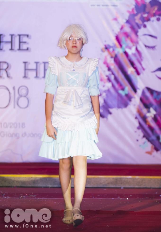 Nam sinh 10x trường FPT xúng xính váy áo giả gái