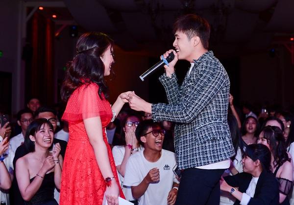 Cùng với dàn DJ sôi động, đêm dạ tiệc còn thêm phần cuồng nhiệt với sự xuất hiện của ca sĩ Gin Tuấn Kiệt khuấy động không khí cùng các cựu học sinh.
