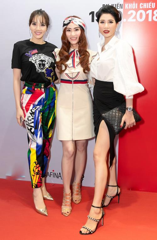 Người mẫu Trang Trần chúc mừng ekip phim.