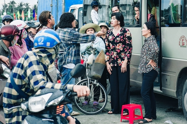Hoài Linh gây náo loạn suýt bị chém trong phim.