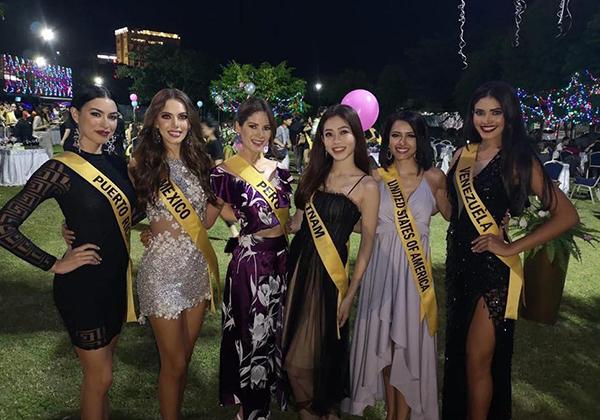 Trong cuộc thi này, đại diện Việt Nam chơi thân với toàn các ứng viên nặng ký đến từ những cường quốc sắc đẹp như Puerto Rico, Mexico, Peru, Mỹ, Venezuela... Mặc dù vậy, khi chụp hình chung, Phương Nga vẫn luôn giành vị trí trung tâm nổi bật.