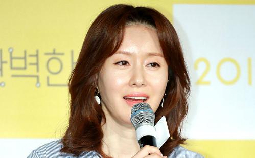 Kim Ji Soo sinh năm 1972, là diễn viên quen mặt trong nhiều bộ phim như Woman of the sun, Gangnam Blues. Cô từng giành nhiều giải thưởng về diễn xuất.