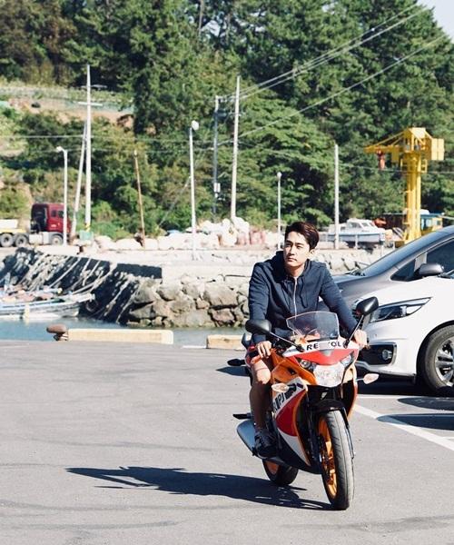 Song Seung Hun phóng mô tô chất ngầu, diện mạo cực bảnh dù đã sang tuổi 42.