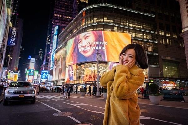 Tiffany hạnh phúc khi thấy hình quảng cáo của chính mình trên màn hình lớn ở Quảng trường Thời đại, New York, Mỹ.
