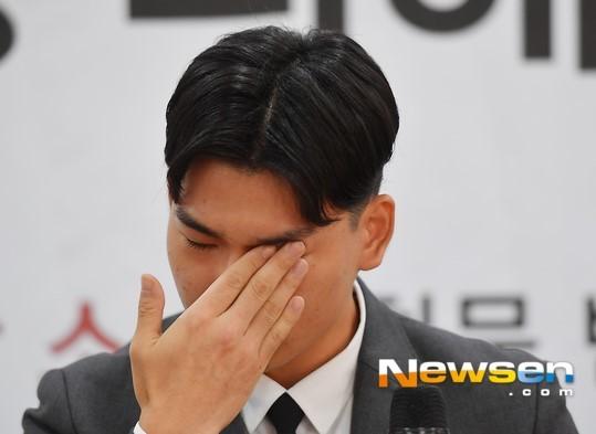 Trưởng nhóm The East Light, Lee Seok Chul trong buổi họp báo.